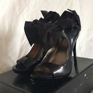 Women's black pumps with suede ankle bows